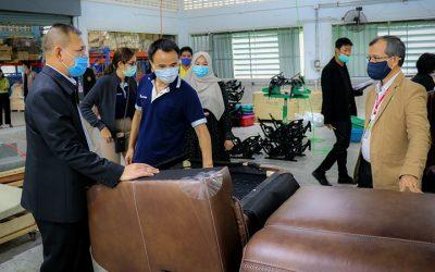 เลขาธิการ ศอ.บต.ลงพื้นที่เยี่ยมให้กำลังใจเจ้าหน้าที่ บริษัท ซูเพิร์บ ครีเอชั่น เฟอร์นิเจอร์ (ประเทศไทย) จำกัด วันนี้เปิดทำการเป็นวันแรก หลังจากปิดทำการในช่วงการแพร่ระบาดของโรคโควิด-19